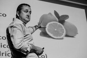 """Photo: Dani, conocido como """"la voz"""", tratando de encasquetar al personal la idea de que si uno come limones de la huerta murciana puede llegar a ser tan buen químico como Scheele."""