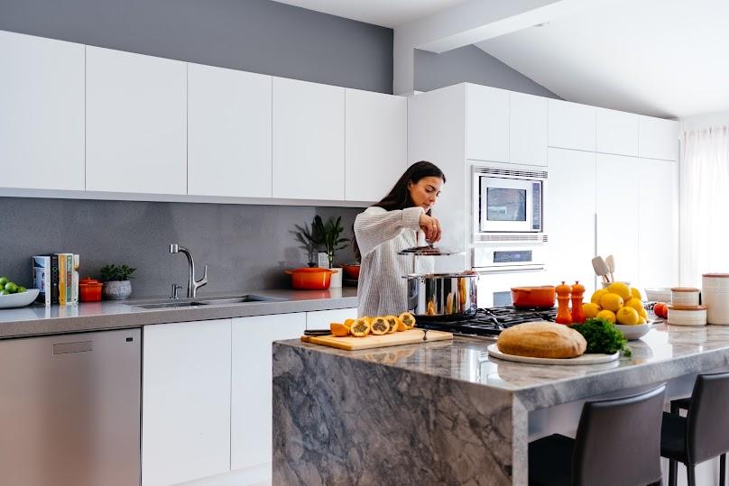 Szary kolor na ścianie to prawdziwy hit w każdej kuchni