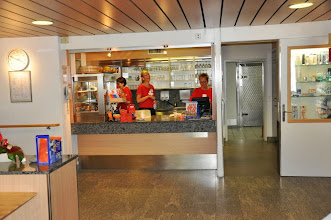 Photo: Das Servicepersonal im Innenbereich.