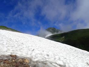 雪渓を登る(左に道あり)