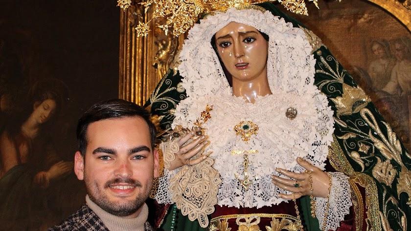 José Francisco Siles Cantón tras vestir a la Virgen del Amor y la Esperanza.