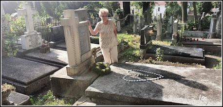 """Photo: Cluj-Napoca - Str. Avram Iancu - Cimitirul Central, mormantul lui Remus Jercau (1925-2017), 'Bunicutu"""", autor foto Ioana Zamfira, in imagine, Ana Maria Catalina - 2019.07.24"""