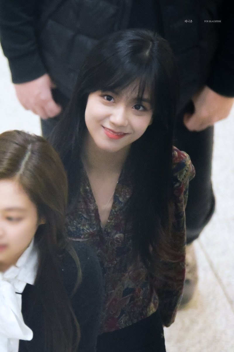 BLACKPINKs Jisoo Debuts Brand New Haircut With Bangs For