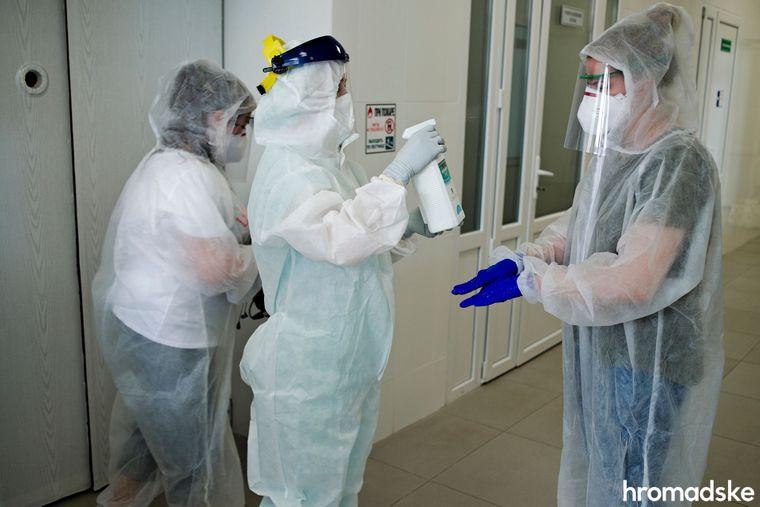 Дезинфекция перед входом в отделение, где расположены палаты с инфицированными коронавирусом, Харьков