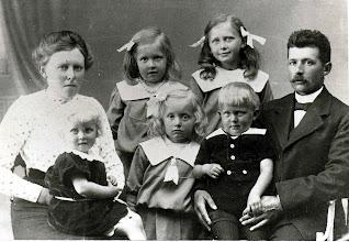 Photo: Lærer Niels Berg (Jensen 1885-1895 ??) med familie