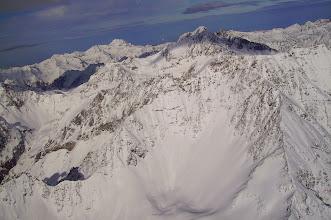 Photo: Le fond du vallon d'Estibére Bonne (Laquet enneigé), dominé par le pic de Crabounouse 3031m. Au deuxiéme plan (difficile à distinguer du premier plan) le massif du Néouvielle. Au dernier plan massif du pic du Midi de Bigorre.