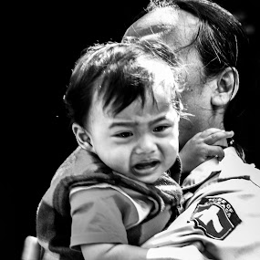 BABY DON'T CRY by Frans Priyo - People Street & Candids ( girl, black and white, street, cry, man )