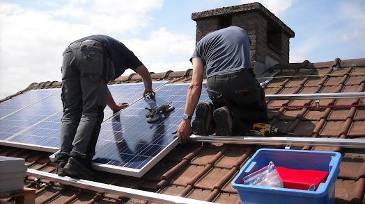 Las placas solares son una de las energías alternativas más empleadas en los hogares.