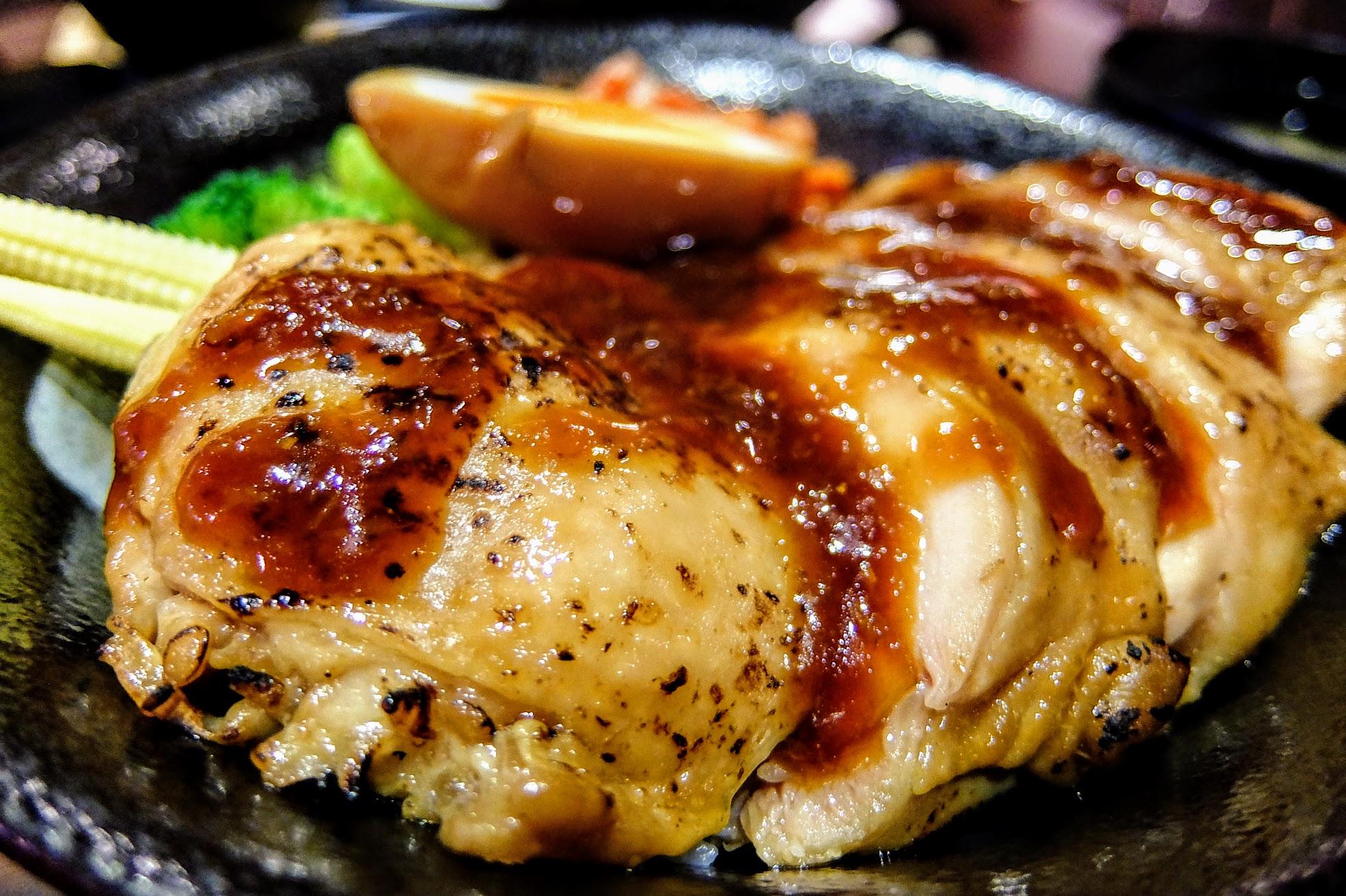 帶皮去骨的雞腿排,上頭淋上薑燒醬汁