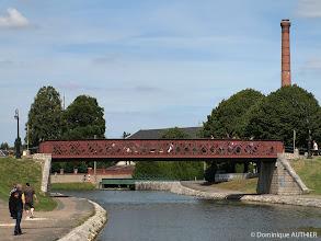 Photo: Pont autoroutier à Briare. En arrière plan la grande tour de l'usine élévatoire d'eau à Briare construite entre 1894 et 1895. C'est vraiment très intéressant à connaitre : http://www.jph-lamotte.fr/files/Plais-hist_briare_elevatoire.htm