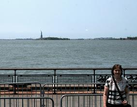 Photo: Turisti, taustalla Vapaudenpatsas Liberty Islandilla