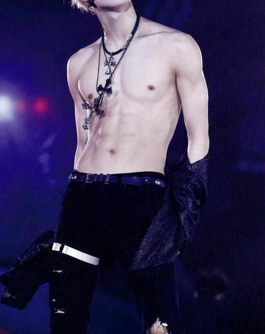 Taemin shirtless