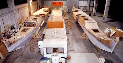 Photo: Die beiden Ruempfe des Segelkatamarans Largyalo haben ihre Decks bekommen und stehen jetzt soweit auseinander, wie im fertigen Zustand.