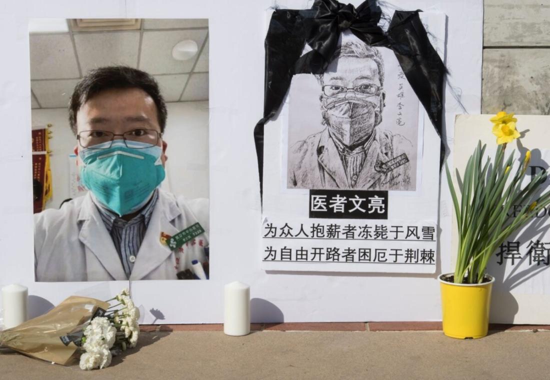 Hình ảnh một đài tưởng niệm bác sĩ Lý Văn Lượng (Li Wenliang) nằm bên ngoài khuôn viên Đại học California ở Westwood, California, vào ngày 15/2/2020. Bác sĩ Lý là người đầu tiên lên tiếng về virus corona có nguồn gốc từ Vũ Hán, Trung Quốc, và đã qua đời bới chính virus này. (Ảnh bởi Mark Ralston / AFP qua Getty Images)