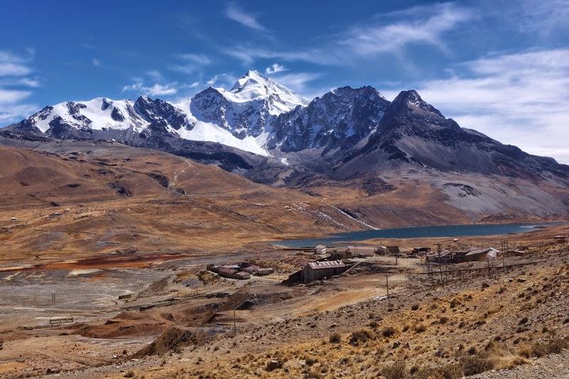 Photo: pohled na masiv Huayna Potosi z prijezdovy silnicky - dole hornicka vesnicka Miluni v cca 4500