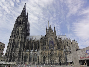 Photo: Cologne Cathedral. The museum on the right was build around the Dionysos floor mosaic.