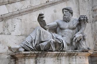 Photo: Sochy po stranách fontány znázorňují řeky Tiber a Nil.