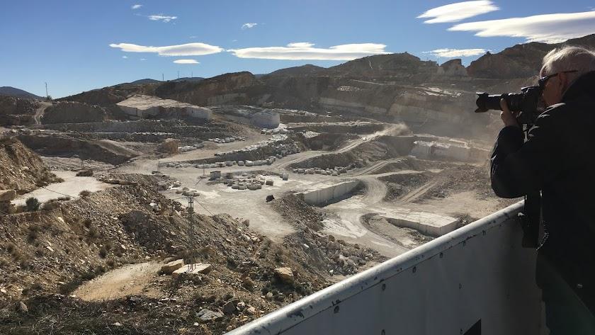 Vista de la sierra de Macael y las canteras desde el mirador turístico del municipio.
