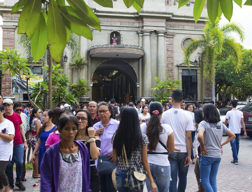 Прихожане главного храма - чуть не смели! Кстати, прилично там европейцев... с филиппинскими подругами, конечно ;)