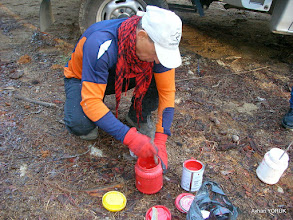 Photo: Boyalar hazırlanıyor. EFES-MİMAS (İYON) YOLU 5. Etabı İŞARETLEMESİ -  22.12.2015 (Tahtalı-Karacadağ Arası)