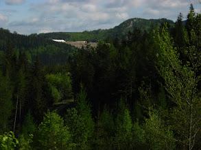 Photo: Gdy odwracamy głowy to coraz wyraźniejsze stają się Lomy na Smrčníku - miejsce wydobycia marmuru, który jest przerabiany na tłuczeń.