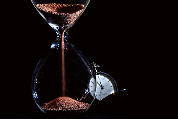 Lei si ferma il tempo scorre. di Naldina Fornasari
