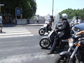 Photo: ... mitten hinein ins berüchtigte Verkehrschaos. (Hinten die Kuppel des Petersdoms.)