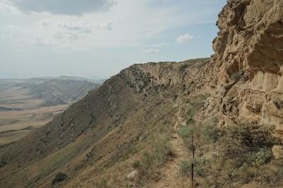 Der schmale Pfad, der sich an der Felswand entlang schlängelt, führt zu weiteren Klosterhöhlen - dem Kloster Udabno.