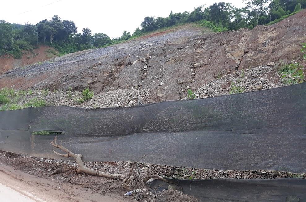 Tình trạng sạt lở núi nghiêm trọng tại khối 4, thị trấn Mường Xén, huyện Kỳ Sơn vào năm 2018 đã khiến cho nhiều nhà ở của người dân dọc theo Quốc lộ 7A bị hư hỏng nghiêm trọng
