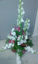 Photo: composition en forme de cône avec mousse synthétique fleuriste réalisée lors de ma formation à eyzin pinet (38) fleurs utilisées: glaeuils blanc, roses, gypsophiles feuillages: asparagus et autres...  prix 60 euros environ