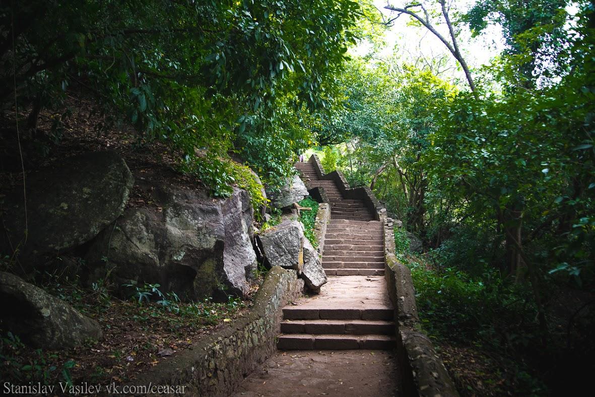 Дорога к пещерному храму