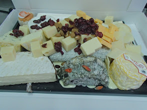 Photo: Plateau de fromages affinés en dégustation pain