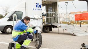 Imagen de un técnico realizando la ITV a un ciclomotor.