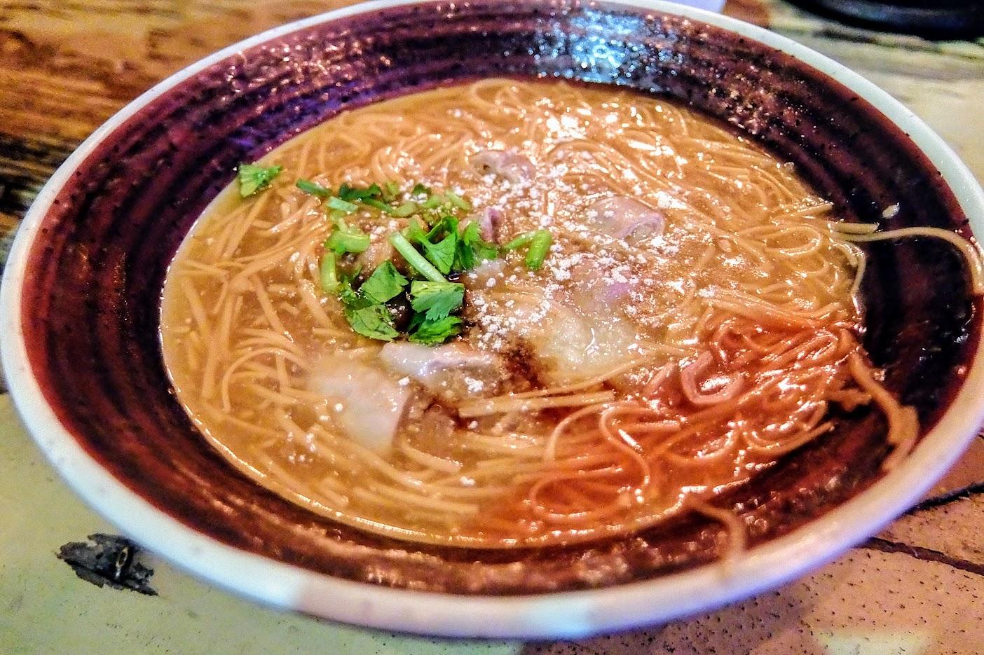 麵線糊,上頭有大腸喔! 是紅麵線,略帶點甜味的湯頭...