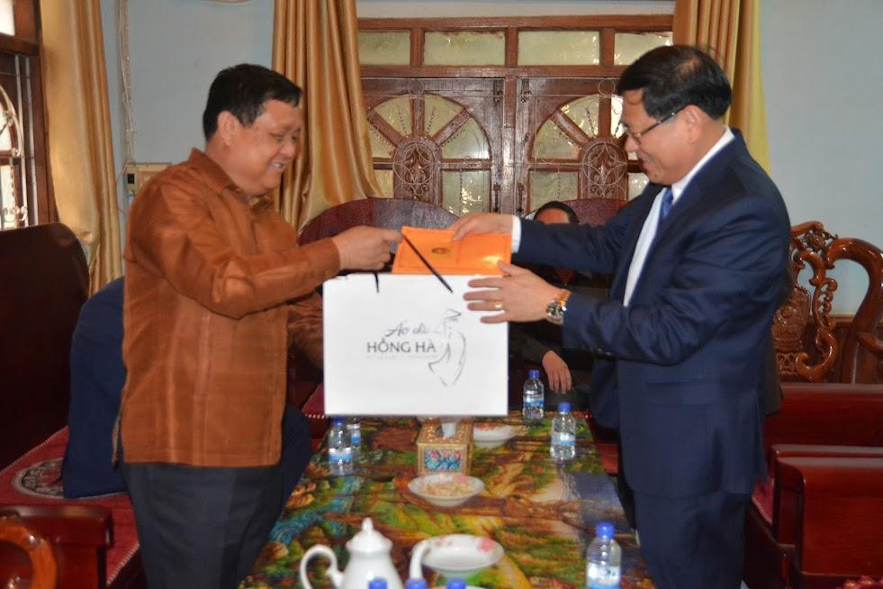 Đại tá Nguyễn Hữu Cầu, Giám đốc Công an tỉnh Nghệ An tặng quà gia đình đồng chí Bun Tổn Chăn Thạ Phon, Bí thư Tỉnh ủy, Tỉnh trưởng Xiêng Khoảng tại nhà riêng.