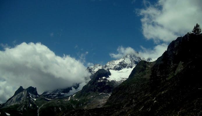 Il cielo è blu sopra le nuvole di patapam