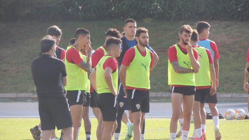 Iván Martos entrenando con el equipo este martes.