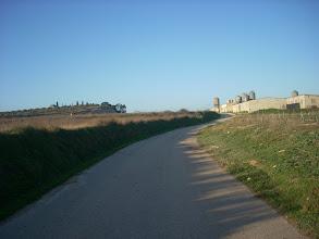 Photo: El Tossal del Calvari (esquerra) i granja porquina (dreta), vistes des de l'ermita de Colata.