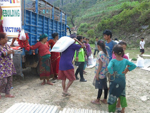 Photo: Reparto de arroz a las familias de la aldea de Khalte, distrito de Dhading.