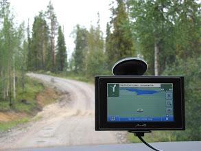 Photo: En daarna zetten we terug koers richting Sallatunturi. Grappig om dan vast te stellen dat er alleen maar blauw (meer) en groen (bos) op de GPS verschijnt. Basecamp Oulanka ligt dan ook een beetje afgelegen van de bewoonde wereld. Op de achtergrond zie je waarom de meeste locals met een 4x4 rijden, al valt deze onverharde weg best nog wel mee.