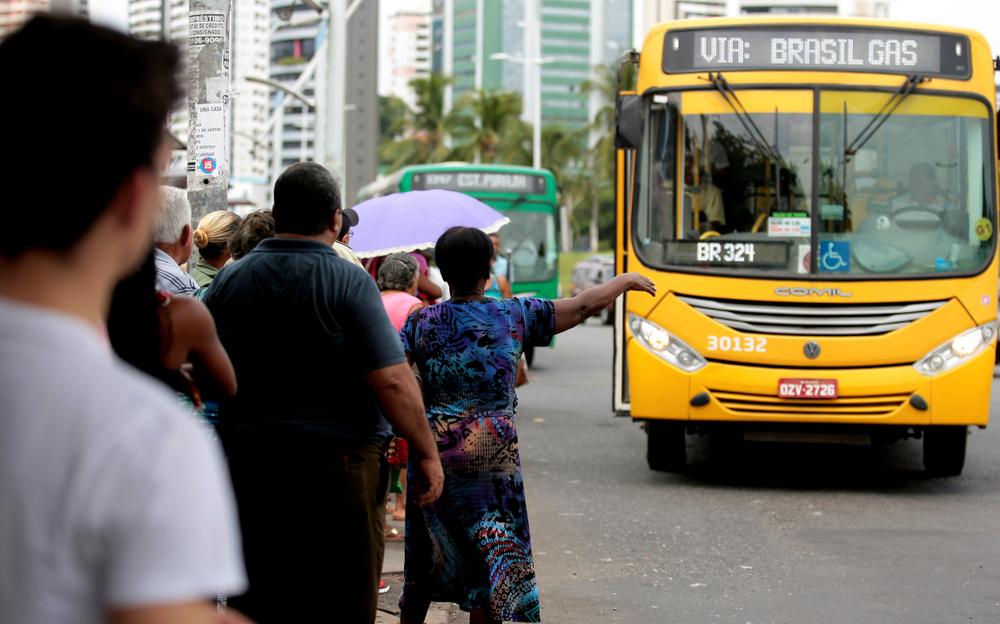 O racismo pode se revelar na limitação do acesso à cidade por pessoas negras, que têm jornadas maiores e menos opções de deslocamento