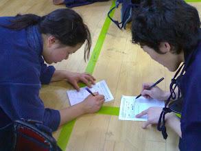 Photo: Shoyo hace como que entiende japonés y que traduce el papelito a Nanako.