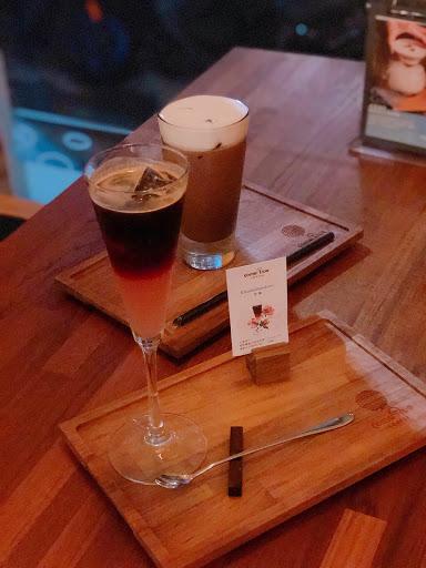 被大雨困住只好來吃點心❤️ 法芙娜可可好喝!是我愛的濃郁巧克力👍👍 熔岩焦香布蕾軟軟熱熱一下就掃完了 創意咖啡味道很不錯👍 外觀跟調酒一樣✨