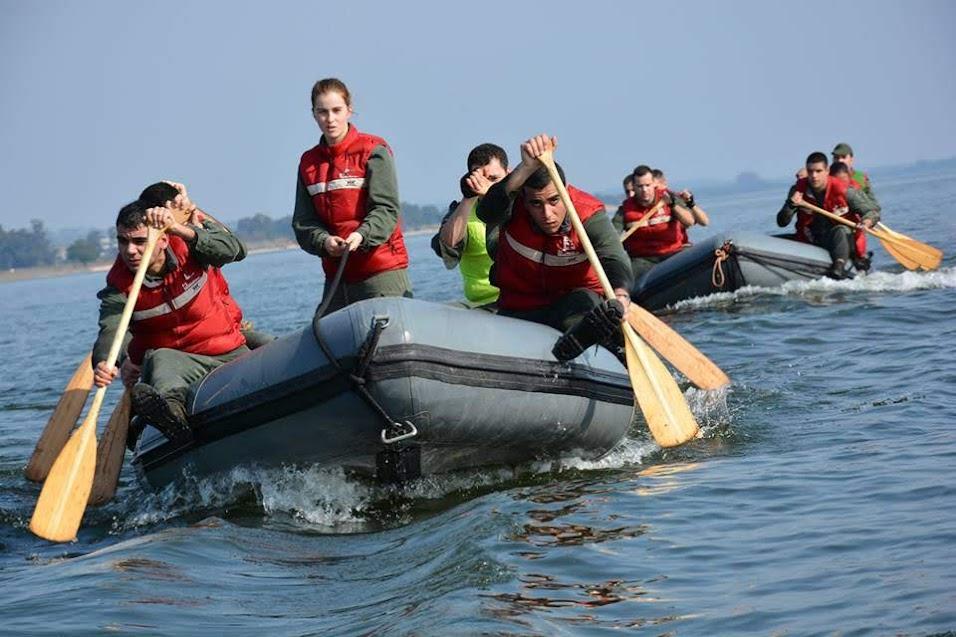 Cadetes da Escola Naval descem rio Douro num exercício de botes a remos