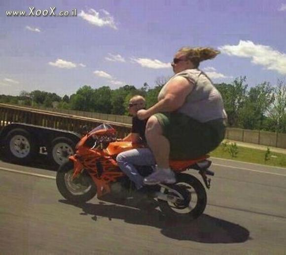 'Chết cười' với những bức ảnh hài hước về người béo đi xe 1