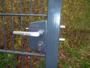 Photo: Stattdessen muss ich nun diese Fotos zeigen:  Man sieht beide Zaunriegel sind ganz draussen und doch ist das Tor auf.
