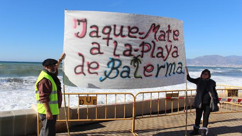 Vecinos de Balerma portando una pancarta en una de las concentraciones.