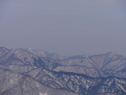 中央奥に薄く恵那山