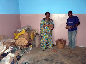 Photo: le panier de patates est plein ! Nous envisageons les aider à acquérir une autre parcelle d'un hectare qui couvrirait leurs besoins alimentaires. Espérons que plusieurs généreux sponsors vont se manifester auprès du CTM - 06 12 70 29 97  ( réduction de 66% du montant du don sur les impôts )