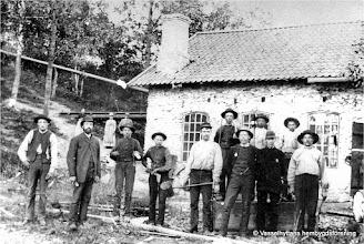 Photo: Strömbacka gjuteri 1895. Längst till höger står Karl Rydberg, Stenkullen. Gjuteriet låg mellan broarna på vägen mot Stråssa en bit nedåt kanalen i Storån. Här tillverkades gjutna produkter som t.ex. gavlar till trädgårdsoffor, hjul till ånglok, mm.